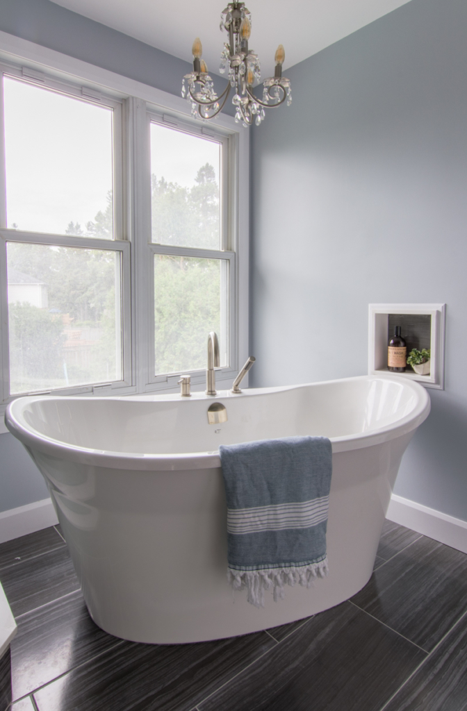 Free standing bathtub with chandelier