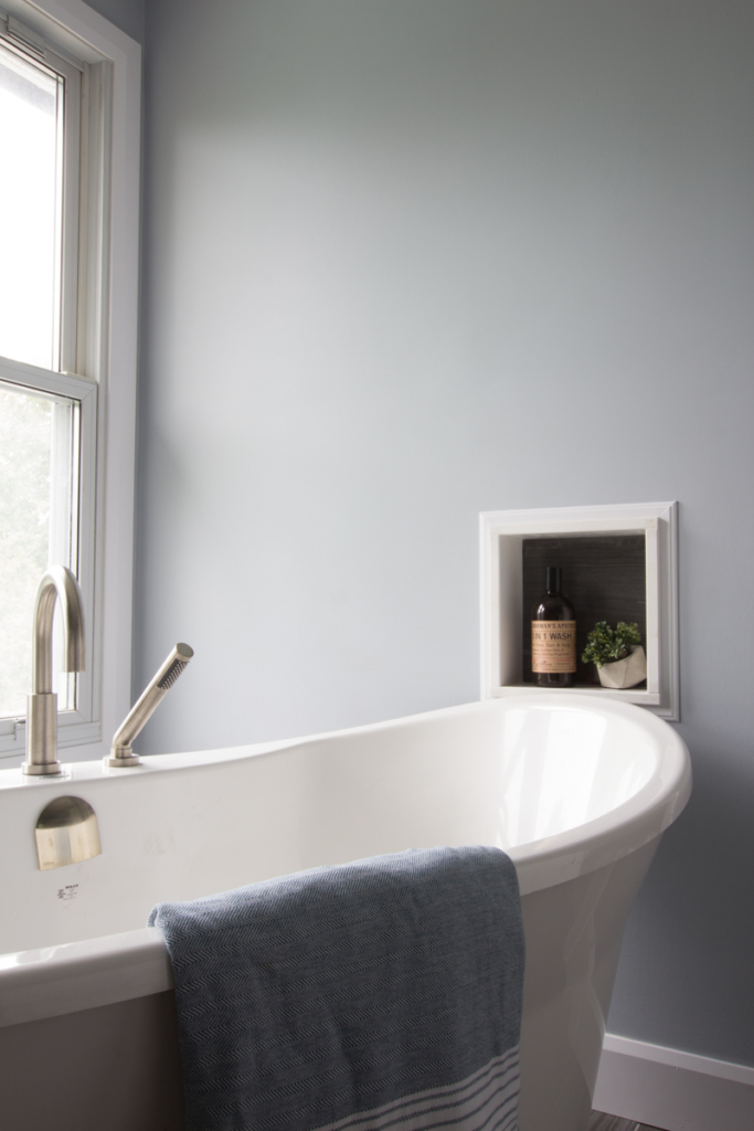 Free standing bathtub with wall nook